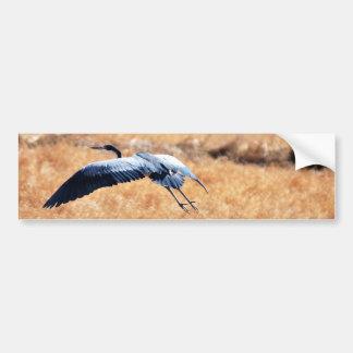 Garza de gran azul que vuela bajo pegatina para auto