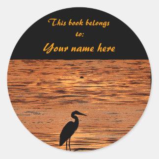 Garza en el Bookplate de la puesta del sol Etiquetas Redondas