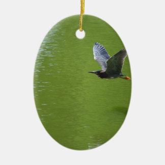 Garza verde en Mid Air Ornamentos De Navidad