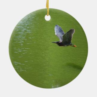 Garza verde en Mid Air Adorno De Navidad