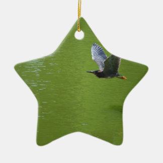 Garza verde en Mid Air Adornos De Navidad