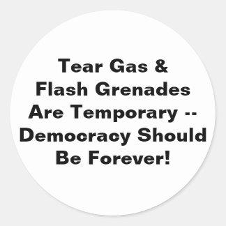 Gas lacrimógeno temporal, democracia para siempre pegatinas redondas