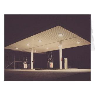 Gasolinera iluminada en la noche tarjeta de felicitación grande