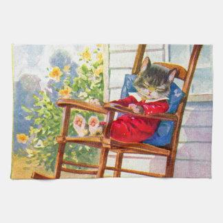 gatito adorable de los años 30 napping en eje de toallas