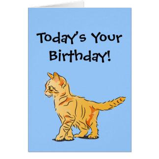 Gatito anaranjado del Tabby en cumpleaños azul Tarjeta De Felicitación