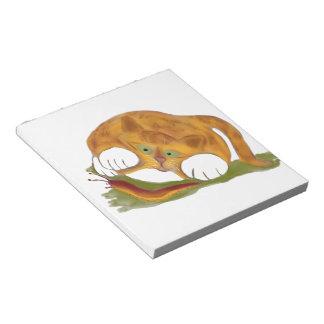 Gatito anaranjado del tigre y una barra pacífica libreta para notas