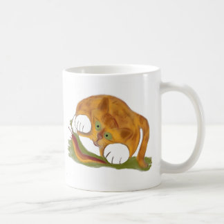 Gatito anaranjado del tigre y una barra pacífica taza de café
