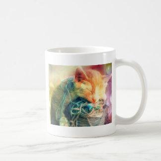 Gatito angelical con las ilustraciones de la taza básica blanca
