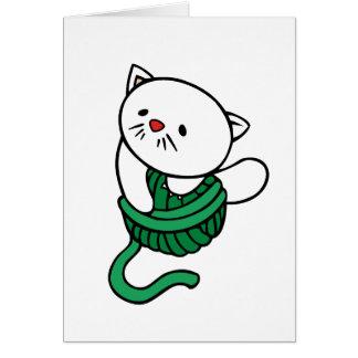 Gatito blanco con la bola del hilado felicitacion
