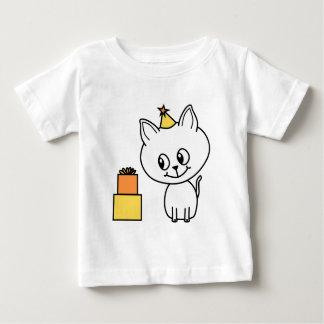 Gatito blanco dulce que lleva un sombrero del playeras