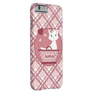 Gatito blanco lindo en cesta del tartán del rosa funda de iPhone 6 barely there