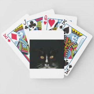 Gatito blanco y negro del smoking con los ojos de  baraja cartas de poker