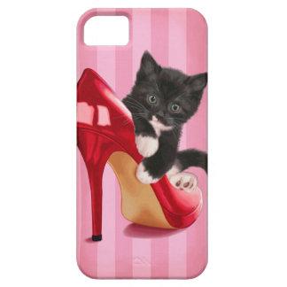 Gatito blanco y negro en zapato rojo iPhone 5 fundas