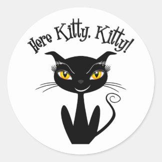 ¡Gatito caprichoso del gato negro aquí, gatito! Pegatina Redonda