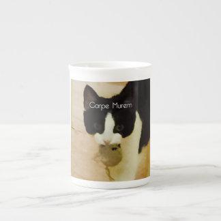 Gatito con el ratón del catnip - latín - agarre el taza de porcelana