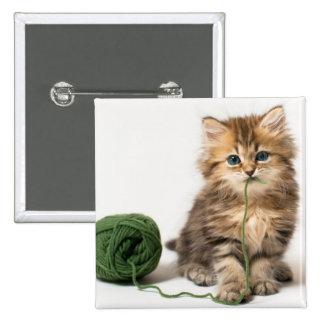 Gatito con hilado verde pin cuadrado