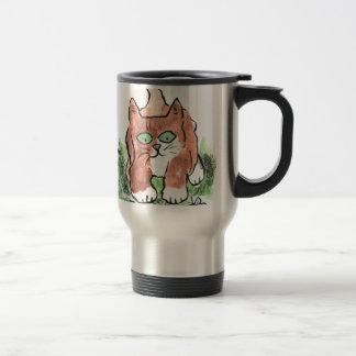 Gatito curioso y dos mariposas azules taza de café