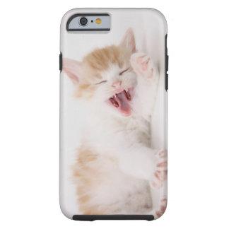 Gatito de bostezo en el fondo blanco funda de iPhone 6 tough