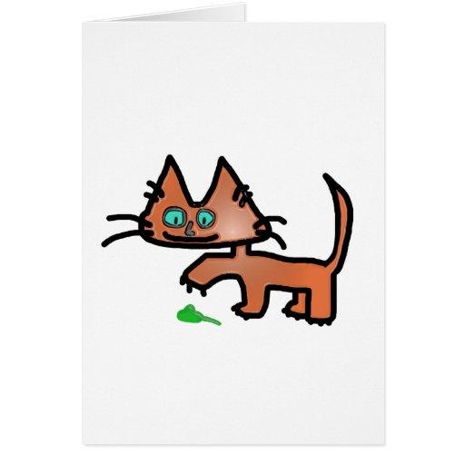 Gatito de la diversión que juega con el juguete de tarjeta