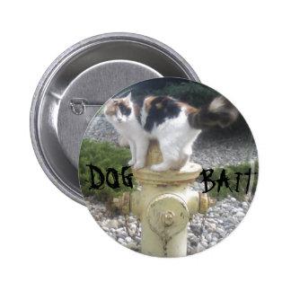 Gatito del cebo del perro en una boca de incendios pin redondo 5 cm