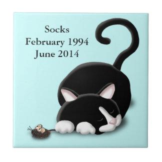Gatito del dibujo animado con el ratón del juguete azulejo cuadrado pequeño