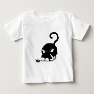Gatito del dibujo animado con el ratón del juguete polera