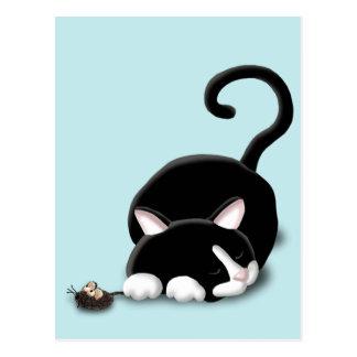 Gatito del dibujo animado con el ratón del juguete postal