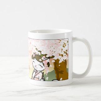 Gatito del geisha de la flor de cerezo taza básica blanca