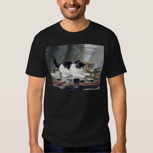 Gatito del smoking que juega los dominós que camisas