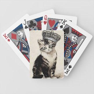 Gatito del vintage con los naipes de la corona cartas de juego