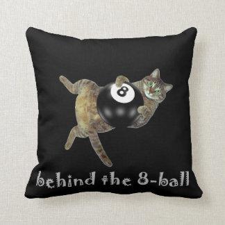 Gatito detrás de la bola 8 cojín