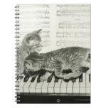 Gatito dos que juega en el teclado de piano, (B&W) Libreta