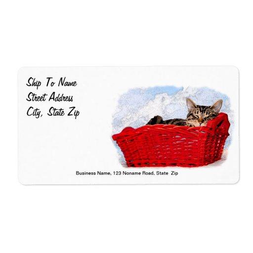 Gatito el dormir en cesta roja brillante etiqueta de envío