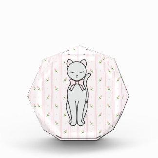 Gatito elegante con los capullos de rosa y el fond