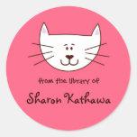 Gatito en bookplates rosados etiqueta redonda