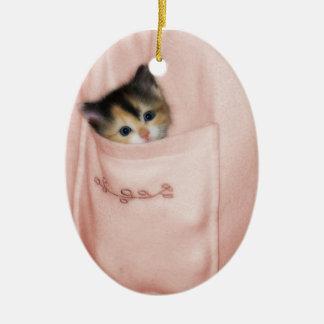 Gatito en el bolsillo 2 adorno navideño ovalado de cerámica