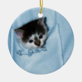 Gatito en el bolsillo adorno navideño redondo de cerámica