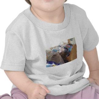 Gatito en envoltura del papel higiénico camisetas