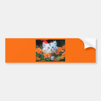 gatito en flores anaranjadas pegatina para auto