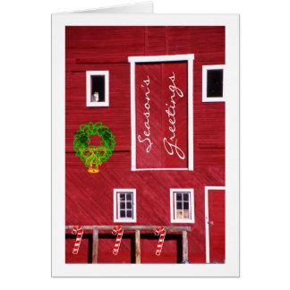 Gatito en la ventana roja del granero de caballo, tarjeta de felicitación