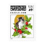 Gatito en sello del navidad del acebo