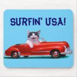 Gatito en un convertible rojo alfombrilla de ratones