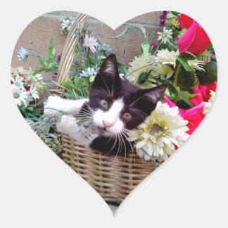Gatito en una cesta pegatinas de corazon personalizadas