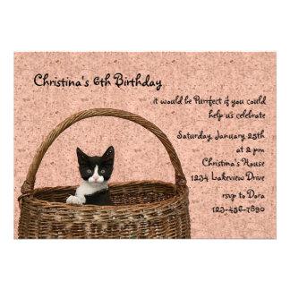 Gatito en una invitación de la cesta