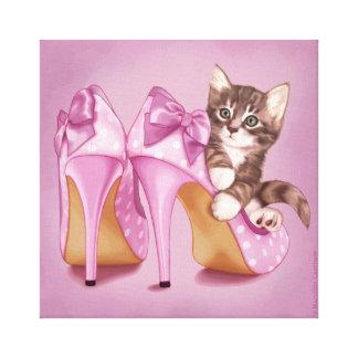 Gatito en zapato púrpura impresiones en lienzo estiradas