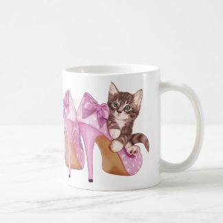 Gatito en zapatos púrpuras taza