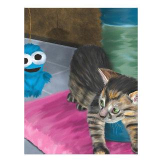 Gatito gris adorable que mira una muñeca azul plantilla de membrete
