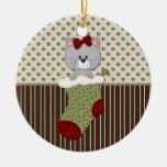 Gatito gris en el almacenamiento del navidad ornamentos de navidad