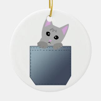 Gatito gris en un ejemplo del bolsillo del dril de adorno navideño redondo de cerámica