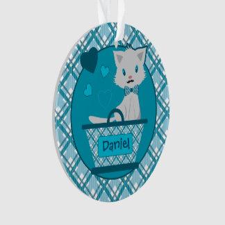 Gatito gris lindo del muchacho en cesta azul en